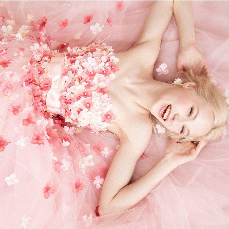 愛らしく舞う3Dフラワーが花嫁心をくすぐる大人気のお花ドレス。お花の中心にはキラキラ光るストーンをあしらって。たっぷりチュール×お花モチーフの最強コラボでゲストを魅了して。 カラー展開、このピンクの他、パープル・オレンジ・ブルーがあります。  ¥138,800(税抜)