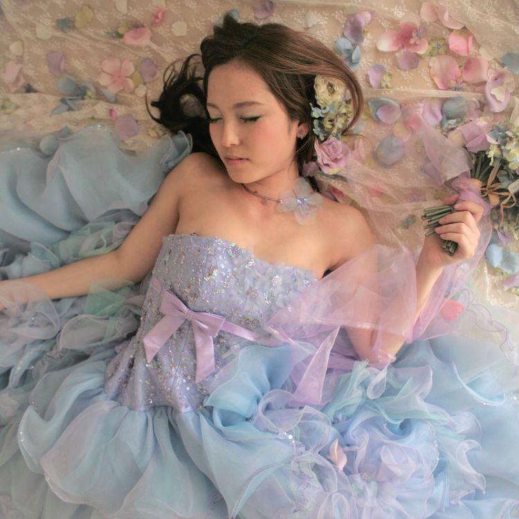 【9万8000円】淡いペールカラーで上品かつ儚げな花嫁に  胸元にはキラキラビーディングや小花を沢山散りばめられ、淡いペールカラーのブルー×ラベンダーのドレス…切り替えの位置が高めなので、よりスタイルアップにウエストラインもスッキリ見せてくれます。座った状態でお写真を撮っても、ふんわり広がりとってもキュート