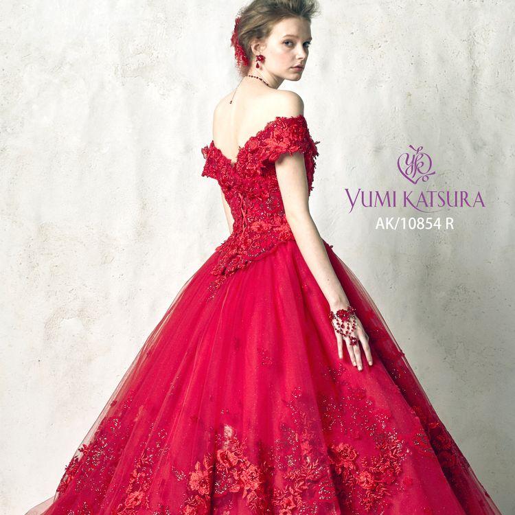 人気のカラーREDのドレスが入荷しました。実際試着すると、素材の上品さ、シルエットの美しさがわかります。