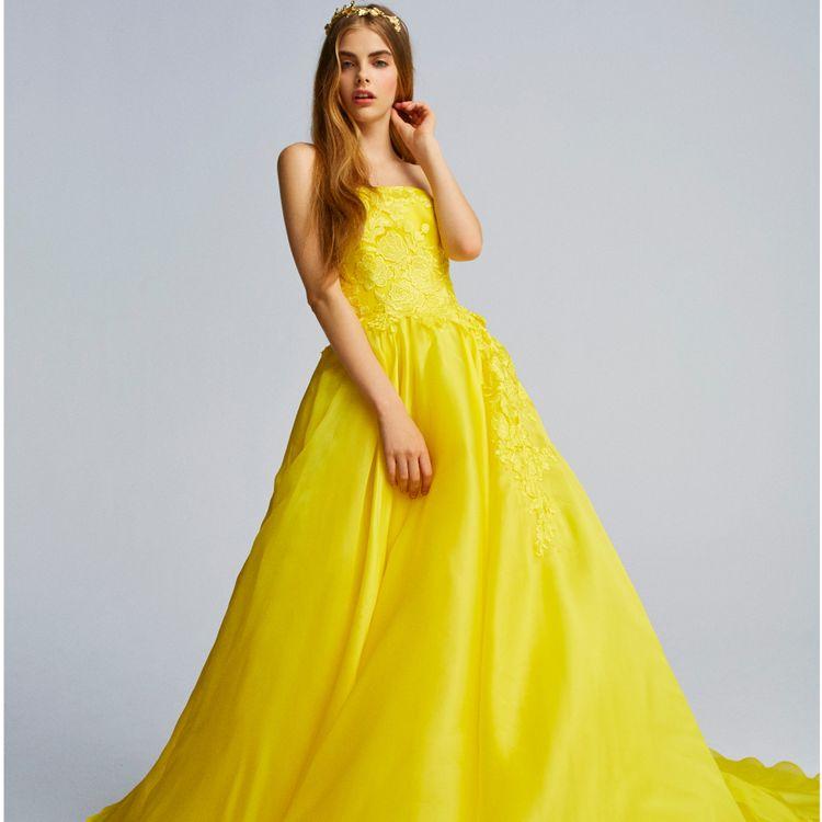 「鮮やかなカラーで自分らしさを表現したい」 そんな花嫁の想いを叶えるカラードレス。 多くの装飾ではなく、花嫁に負けない個性でもない 花嫁が持つ「自分らしさ」を引き出すドレスをセレクトしました。 また、自分自身が思うよりもワンランク上の 美しさへ導く為、プリムベールにお越しいただく花嫁様の為に デザイナーと一から製作したオリジナルラインも展開。