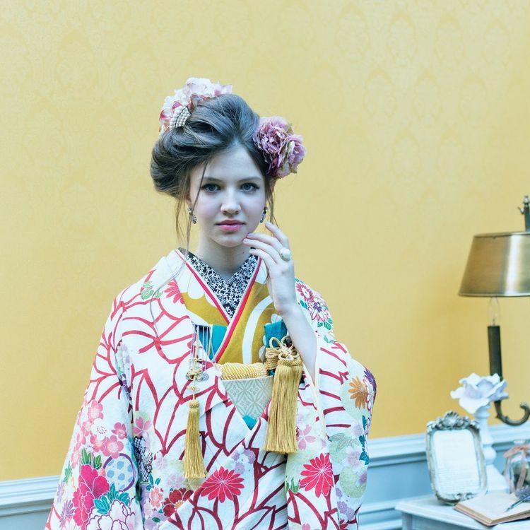 ■和装も豊富!■ 正統派の和装はもちろん、 友禅や相良刺繍、唐織など、職人の技が光る、唯一無二の着物を多く取り揃えております。 和装にこだわる方も、きっとご満足いただけます。 また今人気の、レトロモダンな打掛もご用意しており、ドレスに加え、和装の品数にも自信があります。
