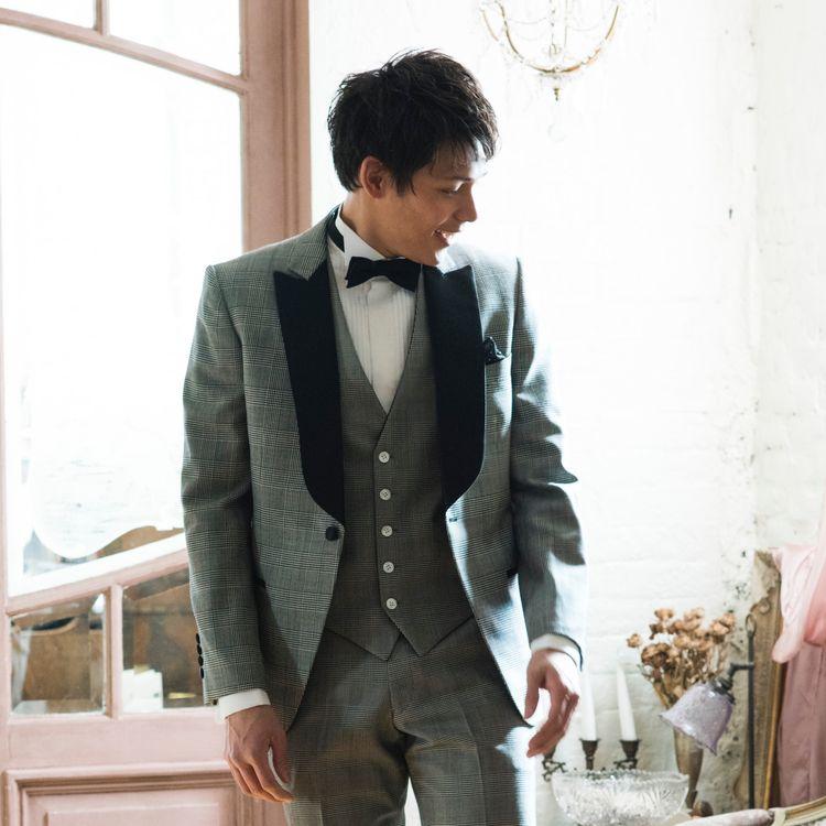 《タキシードにもこだわりを》 新郎様のご衣装の種類も幅広くご用意しております。 シャツやネクタイ、チーフ選びなど トータルコーディネートを楽しんでください!