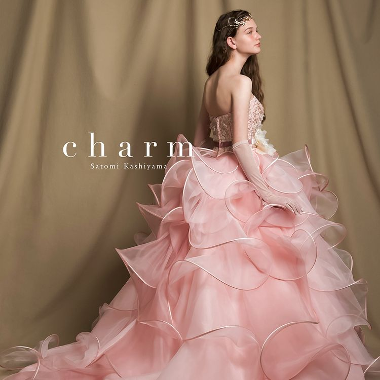 派手過ぎないイマドキのナチュラルスタイルにぴったりのチャームブランドドレス。 季節を問わず選ばれる色味のドレスは可愛らしい花嫁を演出してくれます。