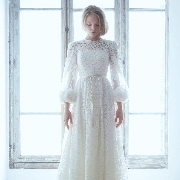 花嫁の心をくすぐる、ここにしかないドレス創りをモットーにしています。 お客様とのコミュニケーションを大切にし共にドレスを創り上げてゆく、それが1+1のドレス創りです。
