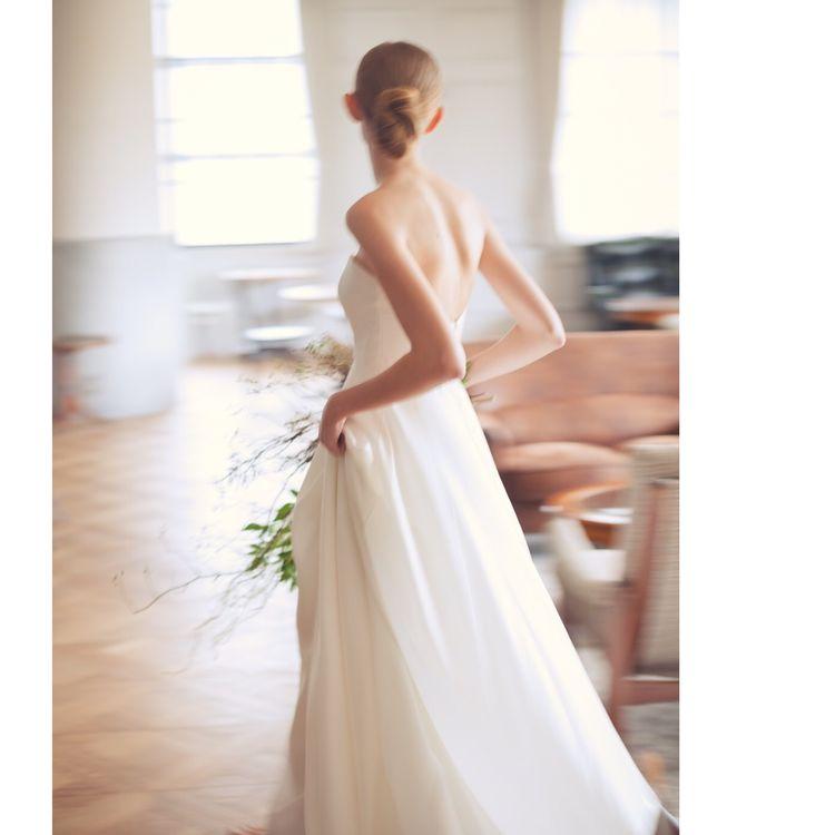 花嫁さまの本来お持ちの魅力を引き出す、シンプルかつモードさの漂うドレス。 上質な素材にこだわり、動いたときに美しいドレス作りを心がけておりますので、お式当日すべての一瞬を美しく印象付けます。