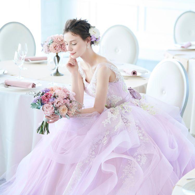 H I S T O R Y  私たち扇屋が大阪・北区で貸衣裳業を創業したのは昭和5(1940)年のこと。  以来、新たな未来へふみだす晴れの日のための特別な装いをご提案し続け 多くの花嫁さまの幸せな笑顔に寄り添ってきました。