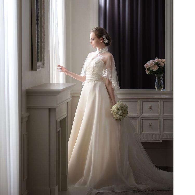 ケープレットが印象的な日本橋三越グランジュールオリジナルドレス。 シルクオーガンジーのなめらかさで軽やかさを演出。 上品な大人花嫁ドレスです。