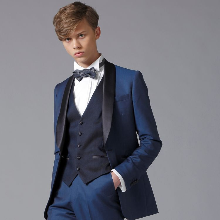 メンズ衣裳もフォーマルからカジュアルまで豊富にご用意しております。 チーフやベスト、ネクタイなどのアレンジ小物も多数ご用意しているため、イメージに合わせてコーディネート可能です。