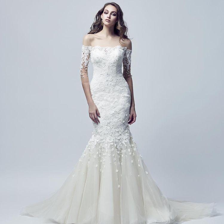 他の花嫁様と被らない、オリジナリティを求める花嫁様!海外風のおしゃれな結婚式に憧れる花嫁様! インポートならではの洗練されたデザインのドレスを豊富にご用意しております。 また、光沢が美しい上品なシルクのドレスも多数ご用意。あなたを輝かせる一着がきっと見つかります。