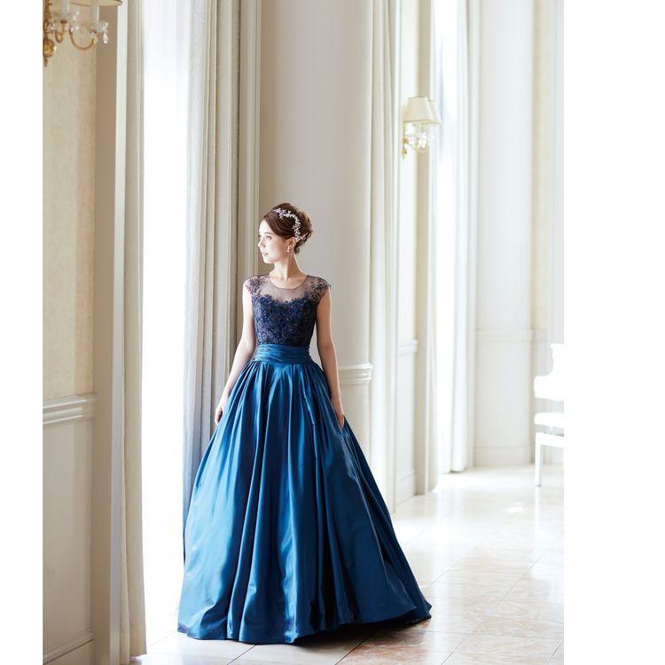 人気のネイビードレス。 胸元の透け感が美しく、多くの花嫁様から愛される1着。