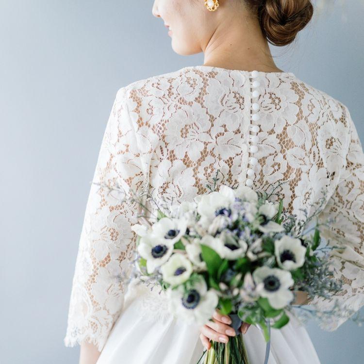 【おおぶりなフレンチレースが印象的な上品さ溢れるセパレートドレス】 兵庫県芦屋のサロン『ポエティカ』から届いたセパレートドレスはロンドンのアトリエから。トップのおおぶりなレースはお顔周りを華やかに彩り、裾にかけてシルクサテンのスカートが上品な印象へ。 どこか懐かしくどの時代も色褪せない、クラシカルな花嫁様を演出します。