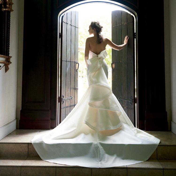 ◇バックスタイル抜群ドレス!◇ メリーマリーのドレスはシンプルでいて何かインパクトのあるドレス。前からは綺麗なシルエットを作る為にできるだけシンプルに!バックスタイルはゲストの方にも印象を残す特徴的なデザインを多く扱っています。ゲストを魅了するバックスタイルを体感してください!