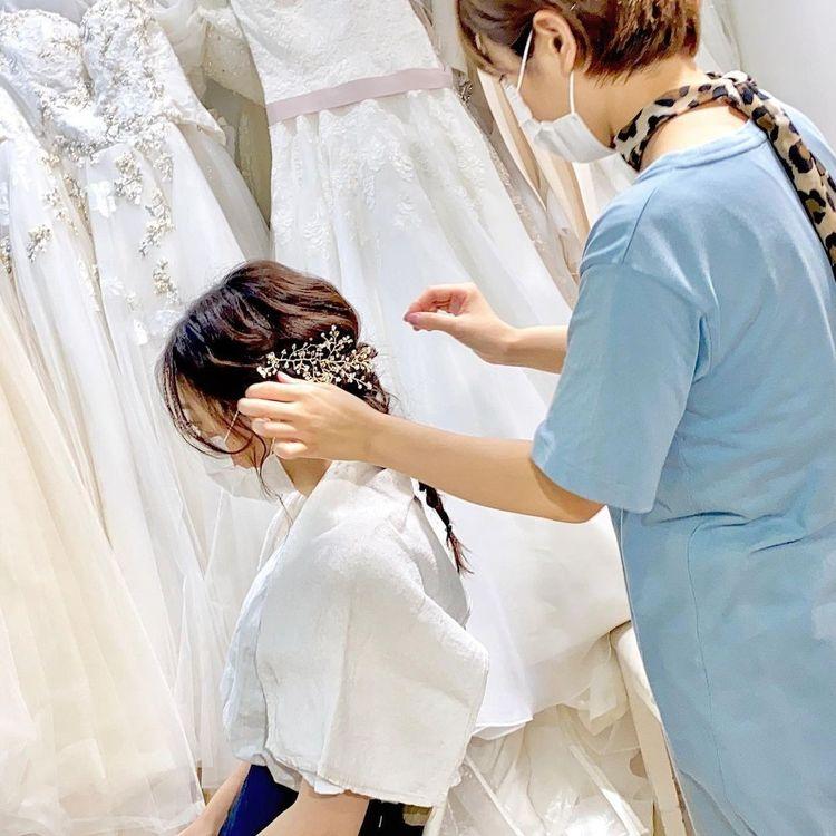 経験豊富なスタッフがお客様のご要望をうかがいながら最適な衣装をご提案いたします。 大阪店は合わせるヘア&メイクのご相談なども承っております。