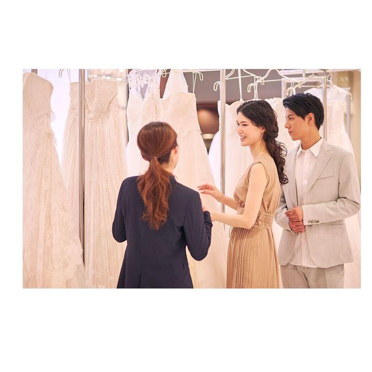 ドレス選び・レンタル手続き ご試着はセルフスタイルでのご試着です。 試着は何回でも可能、写真撮影も自由に行っていただけます。 店舗からお持ち帰り、もしくはご希望の場所への発送も可能ですのでご相談ください。 ※送料は別途必要です