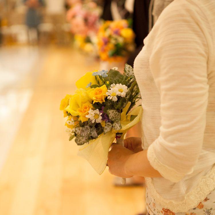 """当日が最高に輝けるように。花嫁レッスン「フィニッシングスクール」  """"美しくドレスを着こなしていただきたい。"""" そんな想いからマリアージュタカラのスタイリストが講師となり毎月開かれるフィニッシングスクール。  基本姿勢やブーケの持ち方、歩き方、美しいベールアップの仕方など、結婚式当日に想定されるあらゆるシーンを学びます。  きっと花嫁様に自信と余裕を約束してくれるはずです。 当日まで担当スタイリストがサポートさせていただきます。"""