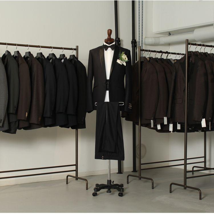 タキスタのオーダーは職人技に加え、40型以上のサイズ専用ゲージサンプルに袖を通していただき、フィット感を確認していただいた上で、体型のクセに合わせてスタッフが補正を行っていきます。  最短1回のご来店でジャストフィットしたタキシード&スーツが作れます。