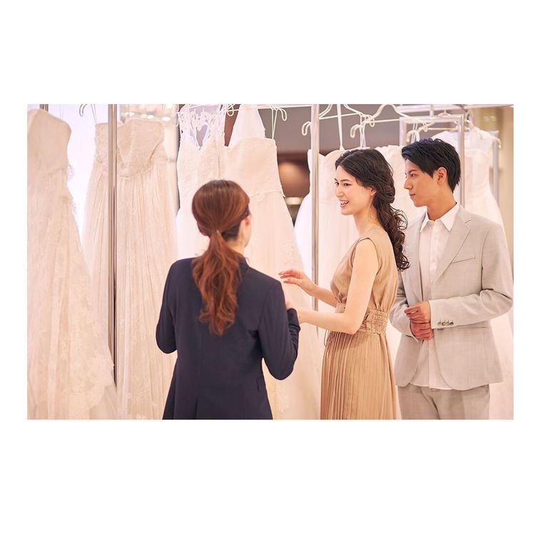 ②ドレス選び・レンタル手続き お近くの店舗で試着・見学が可能です。 試着は何回でも可能、写真撮影も自由に行っていただけます。 店舗からお持ち帰り、もしくはご希望の場所への発送も可能ですのでご相談ください。 ※送料は別途必要です