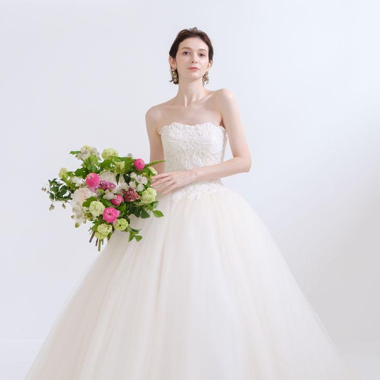 銀座店オリジナルドレス Amabile(アマービレ) デコラティブなビーディング刺繍が施されたトップから広がるチュールのビッグボリュームスカート。 スタイルアップが叶う一着です。