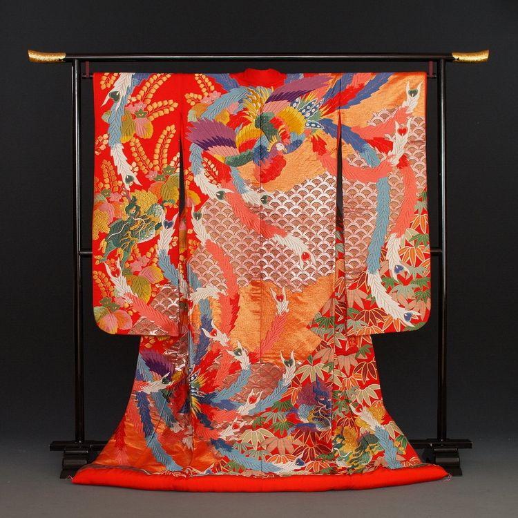 日本の伝統工芸品はそれを創る技術者が老齢化し、制作技術を引き継ぐ人材も少なくなってきています。婚礼和装も例外ではなく、昔ながらの技法で創られる作品は年々数が減っており、稀有な存在に。  ブライダリウム ミューでは、そのような貴重な技術で創られた、希少価値の高い着物を「ヴィンテージ打掛」と称し、歴史に残る逸品を実際の婚礼でお召しいただけるよう、大切に手入れをしています。  晴れの日にふさわしい品格を携えた色打掛は、たぐいまれな美しさで人々を魅了します。