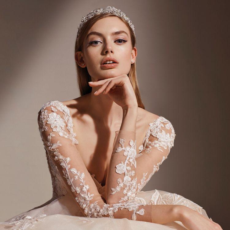 「PRONOVIAS」をはじめとした有名ドレスブランドをお届けしています。 上質なトレーンが印象的なクラシカルドレス。 ため息が出るほど繊細で美しいレースのマーメードドレス。 胸元に繊細な刺繍が施されたカラードレス。 いずれも花嫁の憧れがたくさんつまったラインナップです。