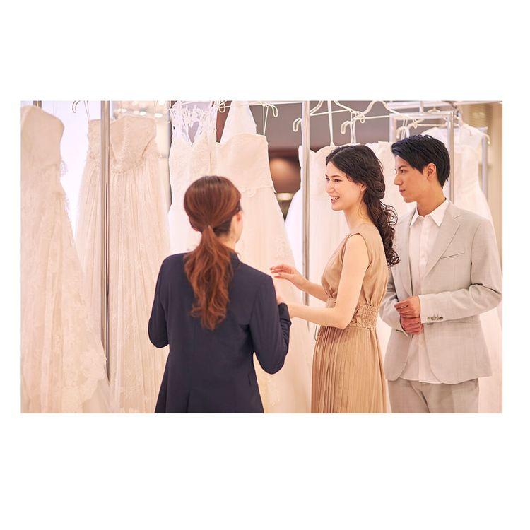 2 ドレス選び・レンタル手続き お近くの店舗で試着・見学が可能です。 試着は何回でも可能、写真撮影も自由に行っていただけます。 店舗からお持ち帰り、もしくはご希望の場所への発送も可能ですのでご相談ください。 ※送料は別途必要です