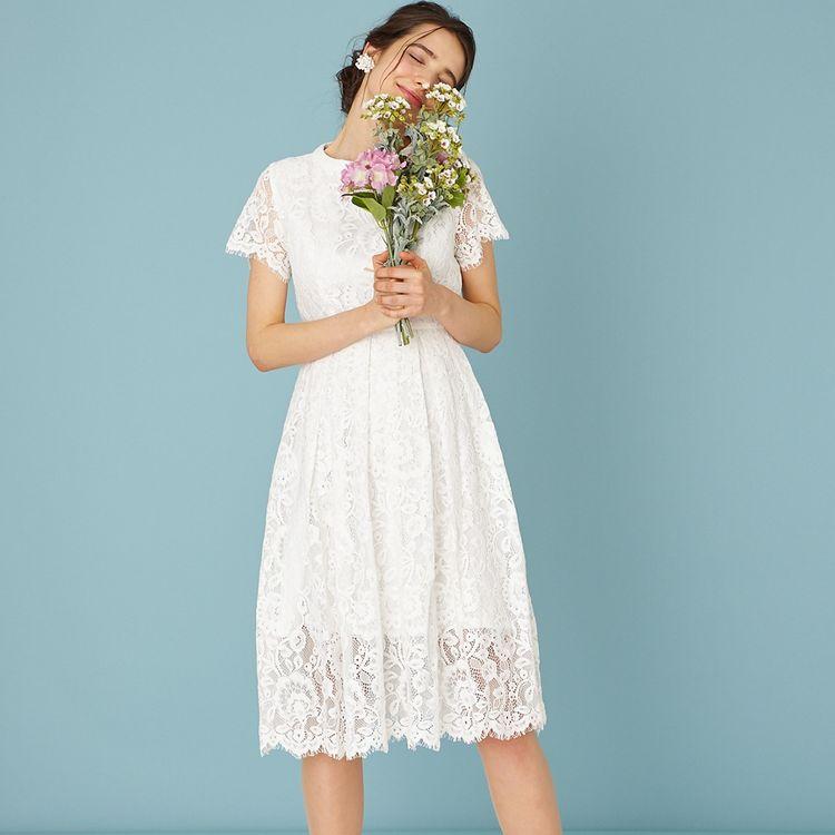 二次会用のドレスやハネムーンに持参するワンピースとしておすすめのスレンダータイプのリトルウェディングドレスも充実しています。 ロング丈からひざ丈まで、デザイン豊富なラインナップです。