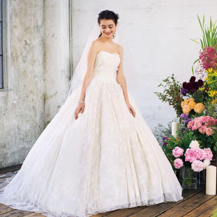 AIMERでは、デザインや素材の質の良さにはとことんこだわり、セルドレスだからこそ表現できる最旬デザインのドレスをご提案。ファッショントレンドはもちろん、挙式スタイルのトレンドや着用シーンに合わせてバリエーション豊富にラインナップしています。  アクセスが良く、ショッピングがてらお立ち寄りいただける好立地です。ゆったりとした店内で、特別な日の一着をお選びいただけます。