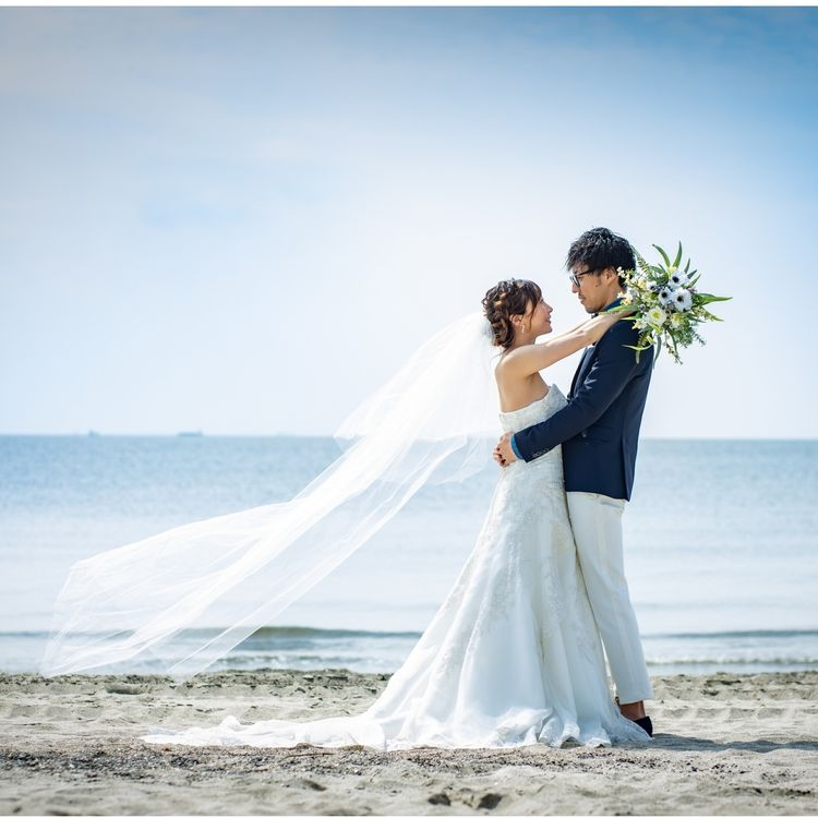 ソフトマーメイドのウェディングドレスは、 海との相性◎ 繊細なビジューと水面が陽の光で輝き、 思わず見惚れてしまう美しさ