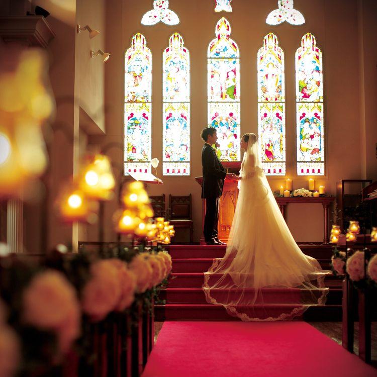 ◎チャペルウェディング◎ ステンドグラスが輝く教会でのチャペルウェディングが可能です。王道の赤いバージンロードに映えるドレス・タキシードやアクセサリー、ゲスト衣装まで取り揃えております。