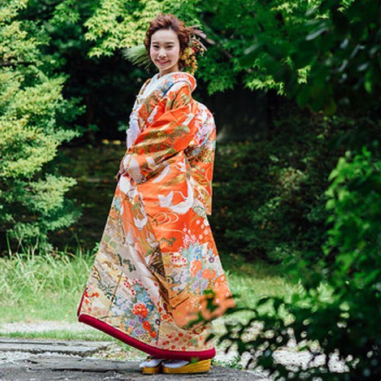 ◆朱赤ボカシ 花車松鶴◆ 鶴は一品鳥とも呼ばれる吉祥文様の代表格。悠々と舞う鶴が緞子の光沢に映える織りの打掛です。 豪奢な花車が花々を満載して表現され、格調高くも華やぎにあふれた一着です。