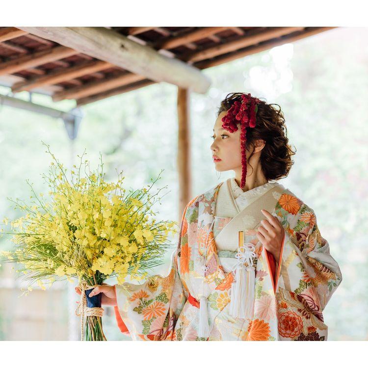 ◆唐織 白地籠目糸巻文◆ 白地を埋め尽くすほど華やかな色彩をもった糸巻文様が散りばめられた、唐織の打掛。 長寿を象徴する代表的な花である菊と、同じく長い人生=長寿を表す《糸巻文》があしらわれ、格式の高い逸品に仕上げられています。