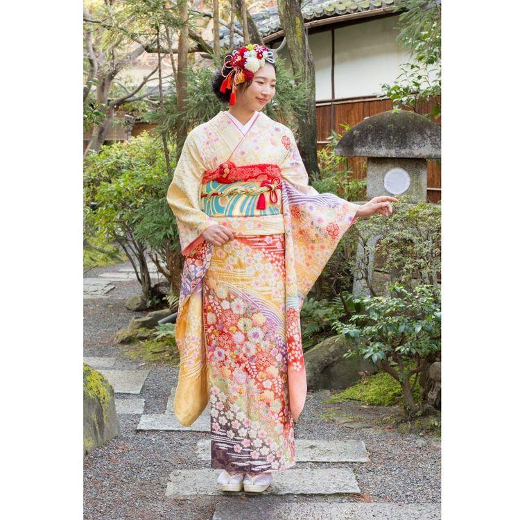 長い袖丈が特徴の振袖は未婚女性の第一礼装。 充実のラインナップでお客様の門出を華やかに彩ります。