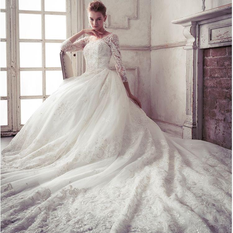 【WEDDING DRESS】  極上の大人クチュール、贅沢スタイル 「出逢った瞬間、誰もが恋に落ちてしまうドレス」 洗練されたシルエットと、思いがけない素材のマッチング トレンドコンシャスとこだわりのエレメントが創る極上の装い あなたのための、魔法のデザインが揃っています。